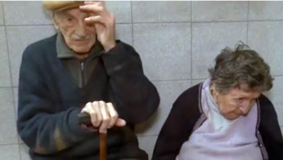 El drama de los abuelos abandonados en Rosario: un hijo los dejó en un bar y el otro no puede cuidarlos