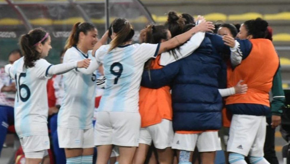 Las jugadoras del equipo femenino argentino festejan uno de los goles ante Paraguay.