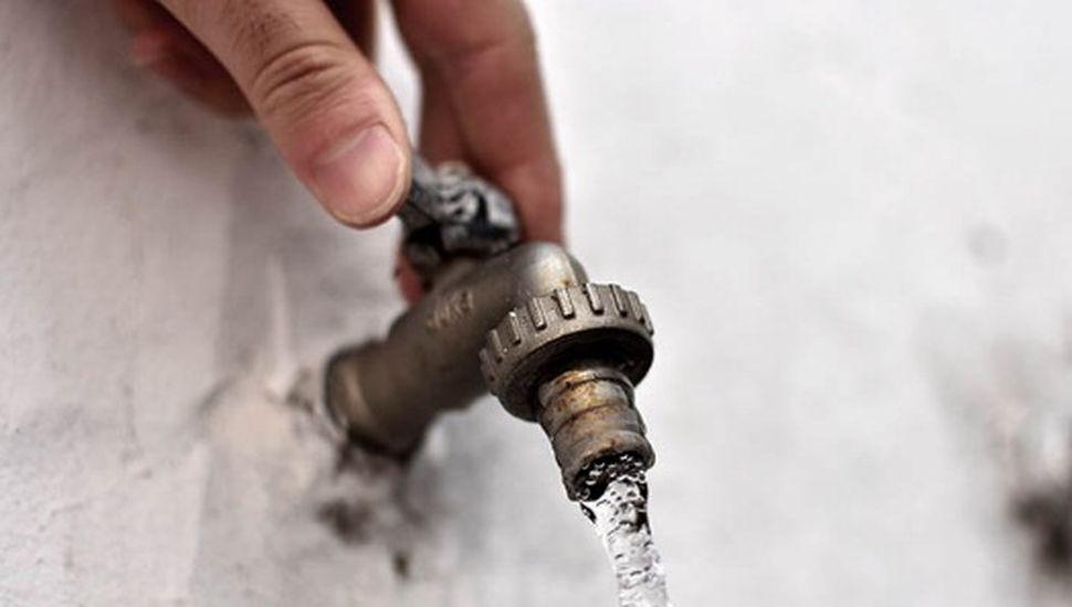 Cortan el agua por recambio de cañerías