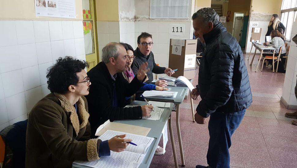 La gente comenzó a votar en todo el país