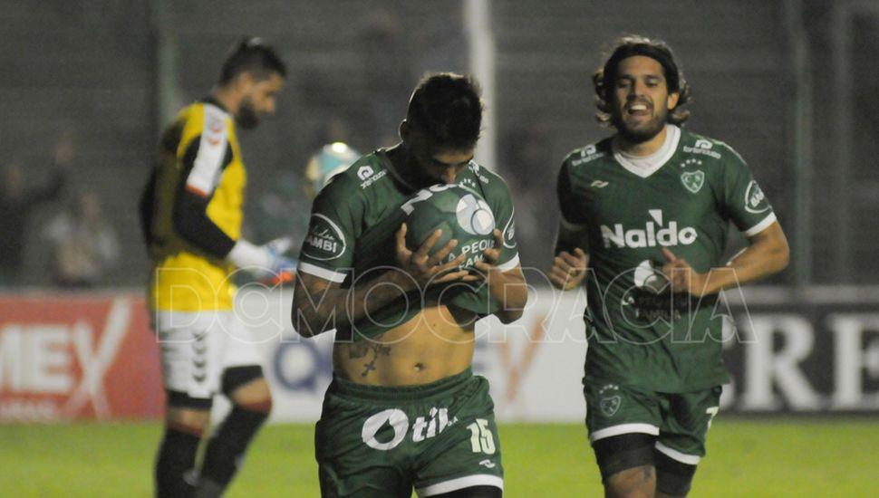 Entró, jugó bien y anotó.  Fabio Vázquez festeja el quinto tanto del Verde; Magnín lo escolta.