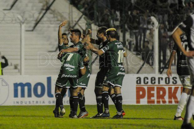 """Cantalo, cantalo.  El """"Checho"""" Quiroga marca el empate y Sarmiento  fue pura alegría."""