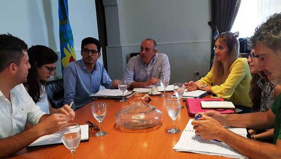 El intendente Alexis Guerrera (centro) encabezó las reuniones con autoridades de la DIPAC y cooperativistas.