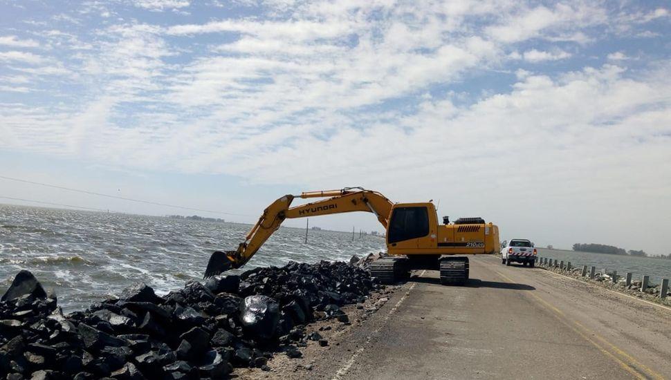 Se recupera parte del material de protección desprendido por la inundación.