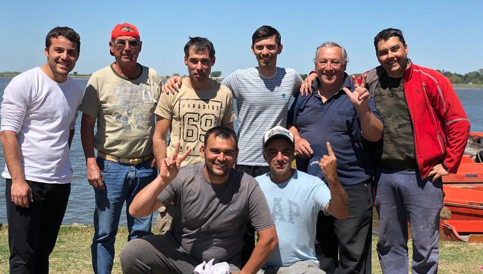 Amigos de la pesca. De izquierda a derecha, arriba: Alberti, Muñoz, Gago, Ariel, Dalessandro y Coria. Abajo: Cirulli y Bruno.