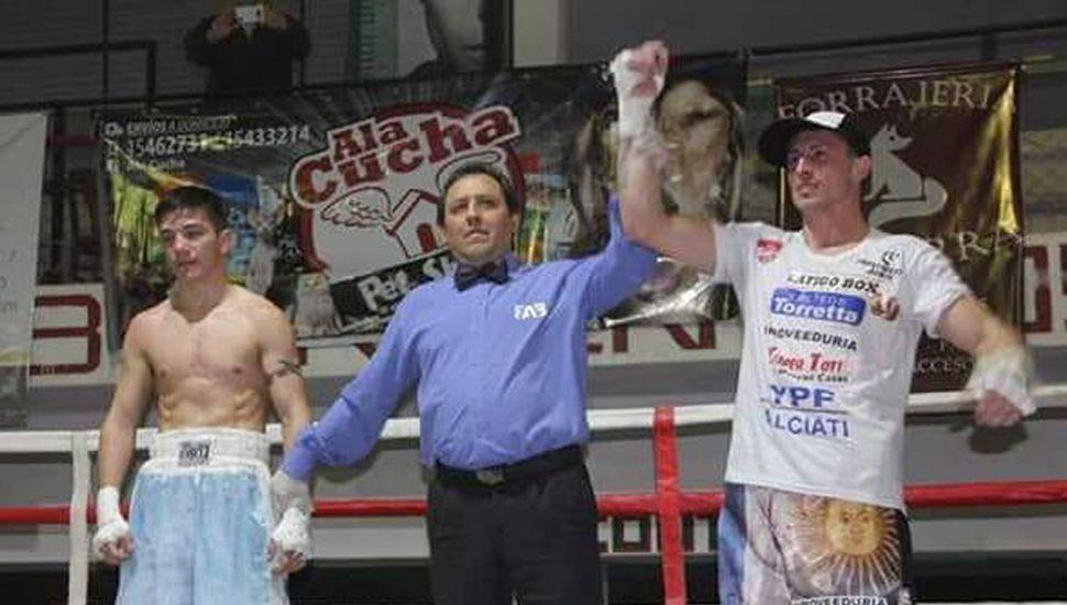 Nicolás De León declarado ganador de la pelea ante César Pérez.