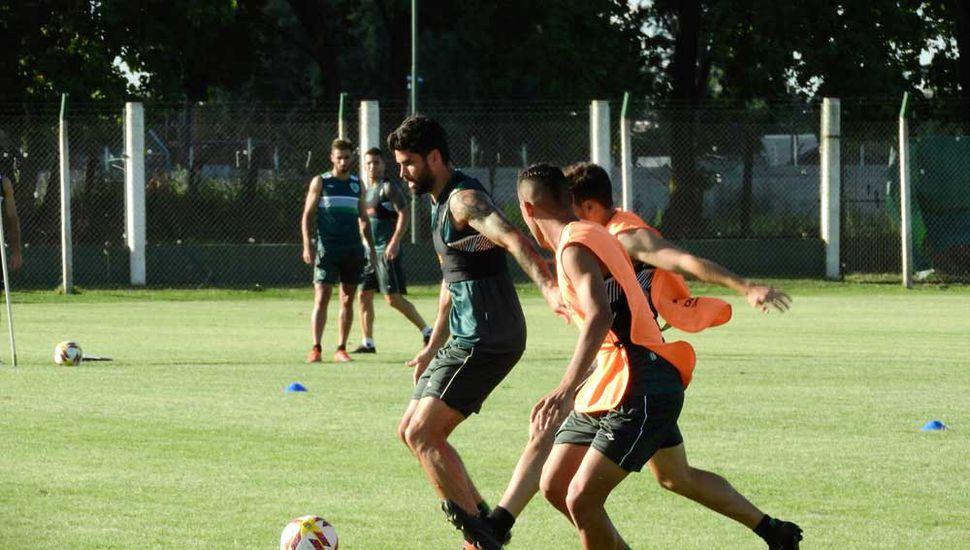 Nicolás Orsini con el balón, ayer, en la práctica de la tarde.