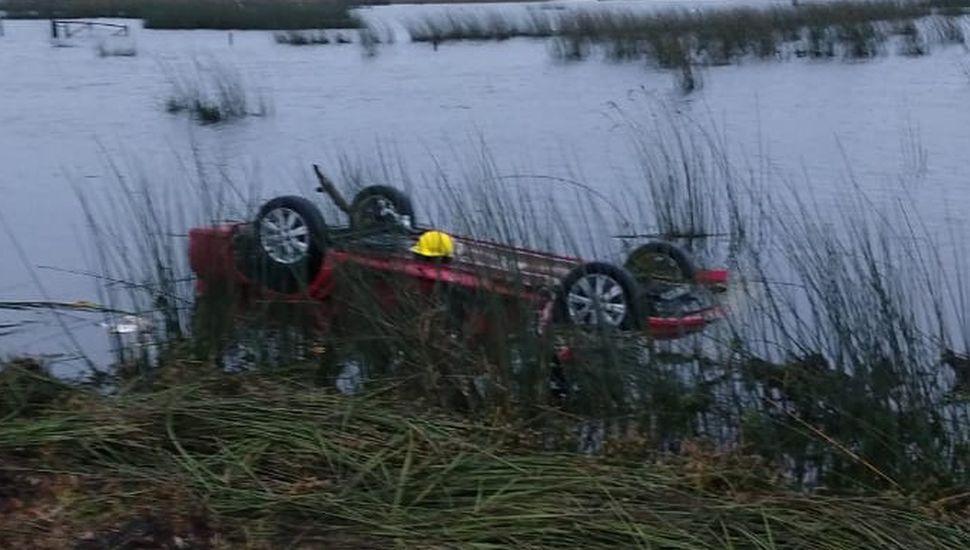El auto quedó volcado y cubierto por el agua.
