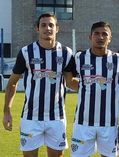 Gianfranco Ottaviani (izquierda), autor de uno de los goles de El Linqueño, y Matías Gómez, otro buen valor del C.A.E.L.