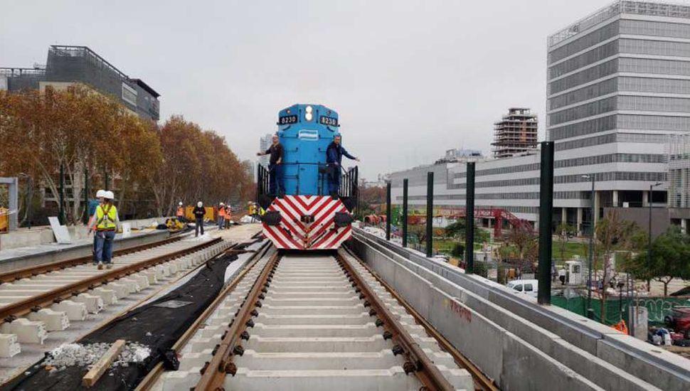 Las pruebas de cargas estáticas y dinámicas las realizan dos locomotoras.