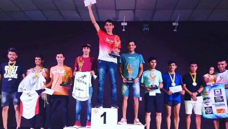 """En el centro del podio el ganador de la segunda prueba, Miguel """"Mito"""" Guerra, de """"Galas de Junín""""."""