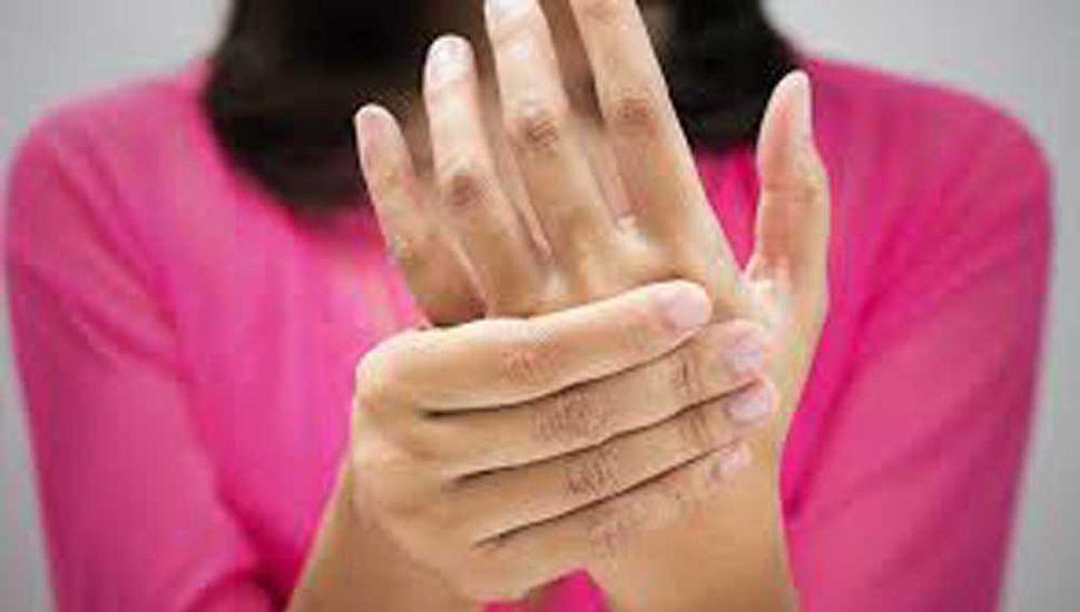 La artrosis es el desgaste del cartílago que se encuentra entre las articulaciones; suele producir hinchazón crónica; en ocasiones, se deriva de esta.