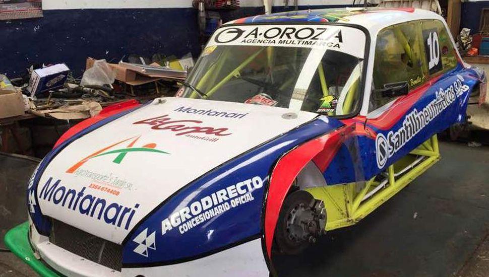 Nicolás Bonello con el último diseño de su auto, previo a la competencia de este fin de semana en Colón.