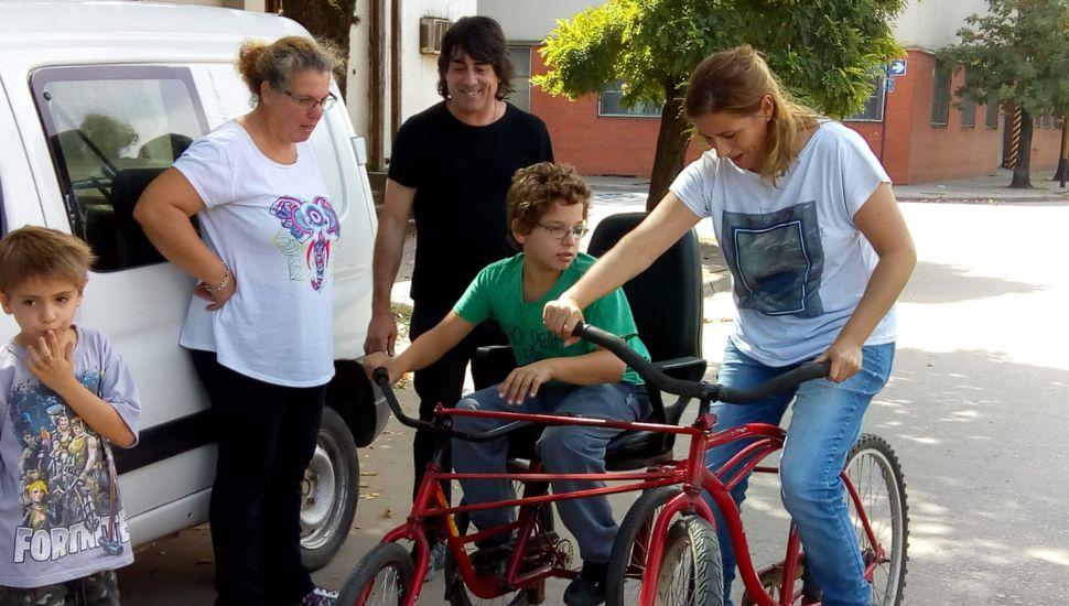 El bicicletero solidario ahora también repara sillas de ruedas