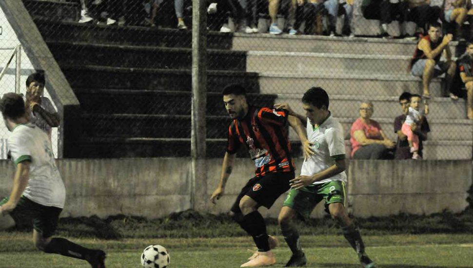 Escena del empate sin goles entre Origone y Sarmiento.