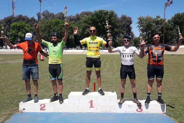 Los bikers que ocuparon el podio tras la carrera de la categoría Debutantes Mayores.