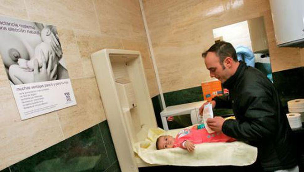 Diputado propone instalar cambiadores de pañales en los baños de hombres en Provincia