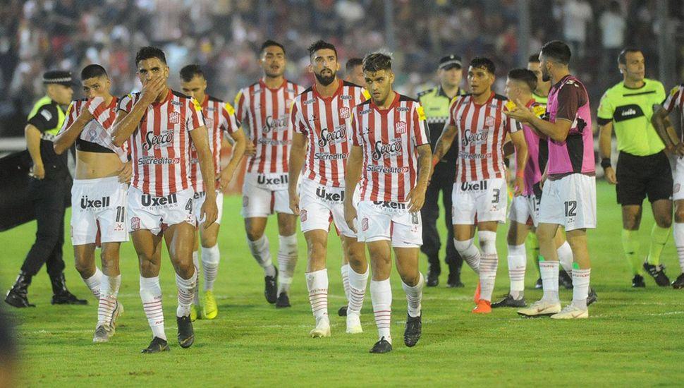 Los jugadores de San Martín de Tucumán se retiran de la cancha tras vencer a Sarmiento.