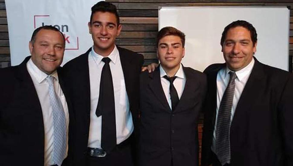 Los profesores Juan Grosso (izquierda) y Sebastián Parola junto a los alumnos.