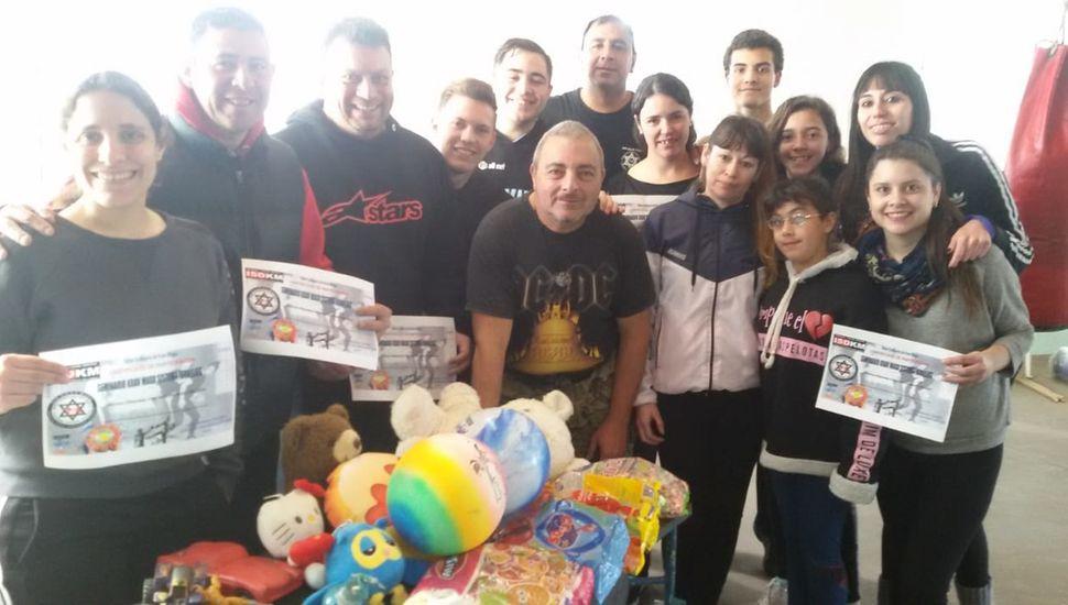 """Juguetes y golosinas recolectados para el """"Dia del Niño"""" en barrio """"11 de Julio""""."""