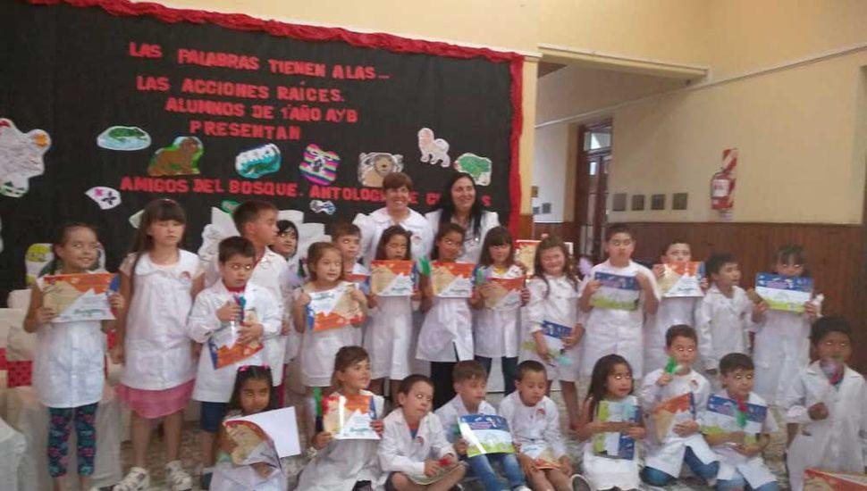 Los chicos con los ejemplares el día de la presentación del libro.