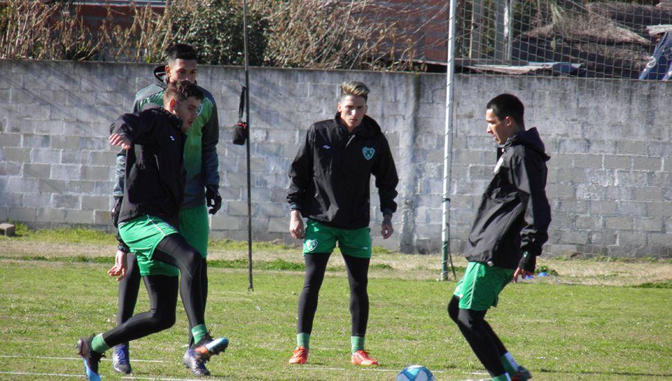 El plantel de Sarmiento se entrenó ayer, en Ciudad Deportiva.