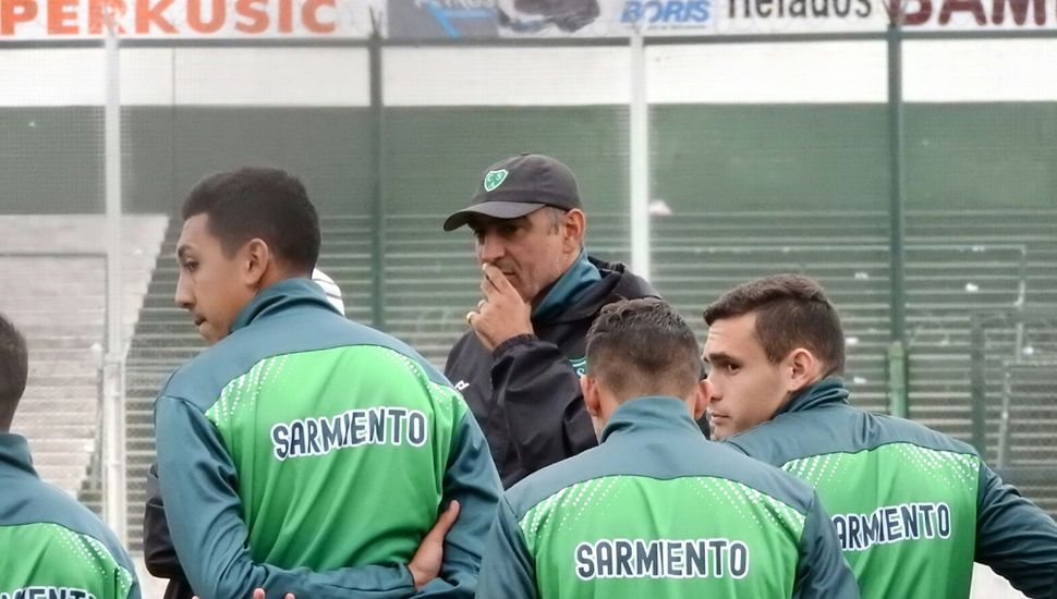 Iván Delfino, el DT del Verde repetiría los titulares.