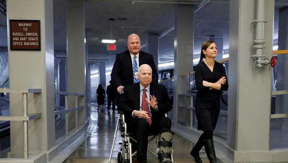 McCain deja su tratamiento contra el cáncer