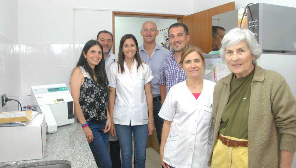 La presidente de la Cooperadora del Hospital, Graciela García (derecha), al entregar el autoanalizador a personal del Servicio de Laboratorio y a miembros de Gestión Sanitaria comunal.