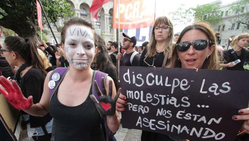 Las mujeres marchan contra la violencia, pero el machismo las mata.