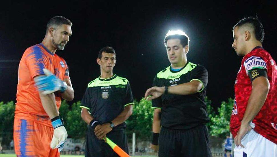 Los capitanes, Oscar De Giulio (Newbery) y Rodrigo Herrera (Viamonte), en el sorteo previo al inicio del partido.