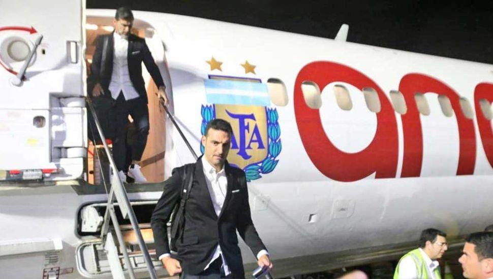 El DT Lionel Scaloni en su arribo a Brasil.