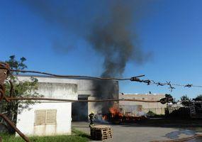 Se incendió una  empresa distribuidora