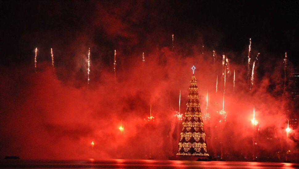 Inauguraron el árbol de navidad flotante de 70 metros de altura