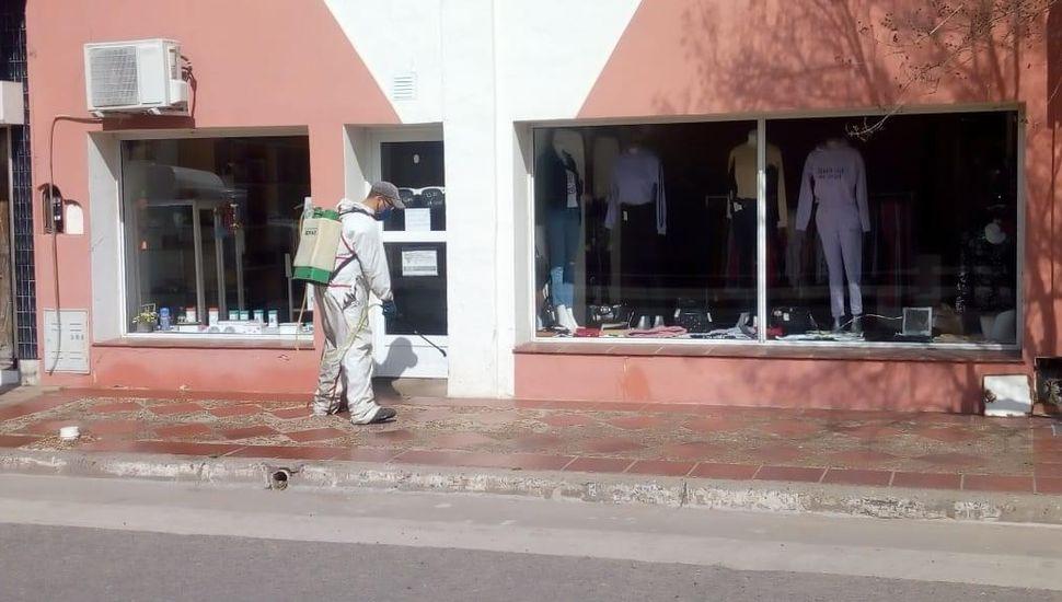 Tareas de desinfección en comercios y oficinas.