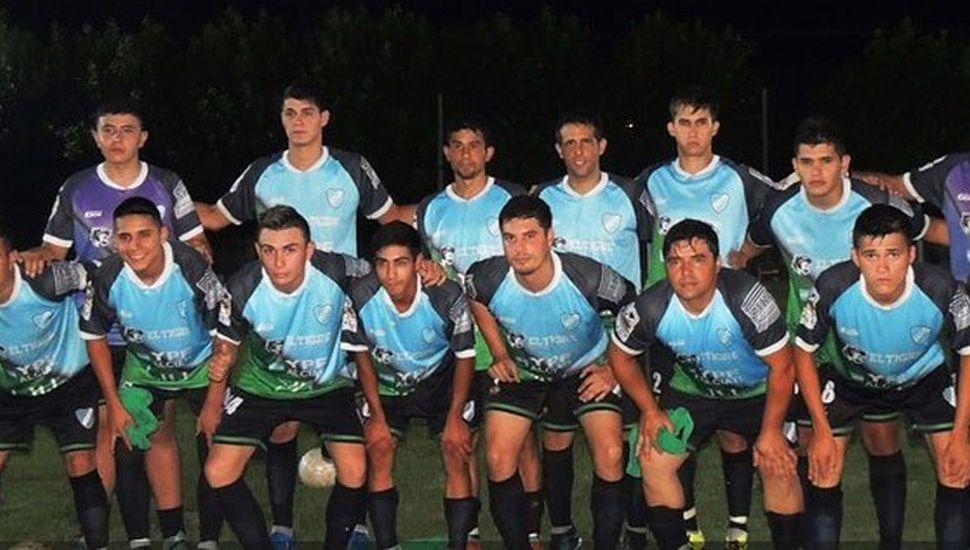 """Equipo de Defensa que goleó en el debut (foto, """"Deportes Toldenses"""")."""