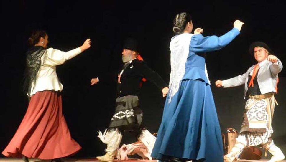Danzas sobre el escenario del salón del Centro Cultural en los festejos por la Gesta de Mayo de 1810.