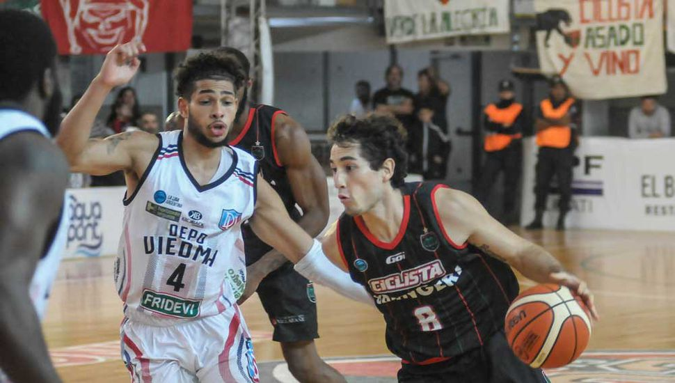 Enzo Amado supera a Ayan Nuñez De Carvalho.