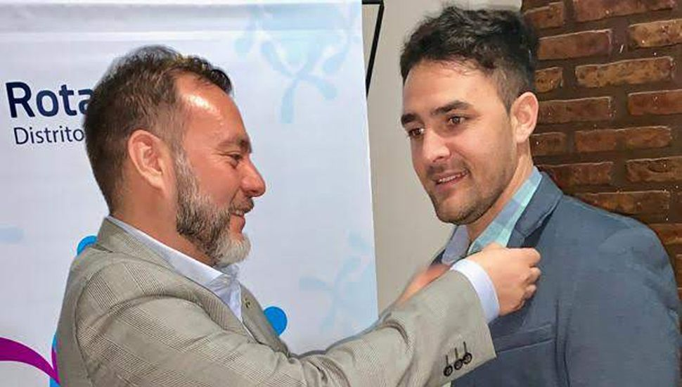 Gustavo Tamburri recibe los atributos del cargo de parte del presidente rotario saliente, Juan Vega Hidalgo.
