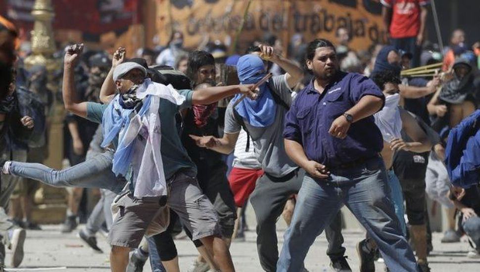 Violenta marcha: manifestantes atacaron  a policías y dejaron tendal de destrozos