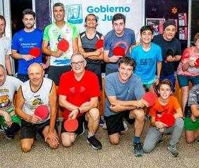 Daniel Bergamini (abajo, tercero desde la derecha) junto con otros exponentes locales de tenis de mesa.