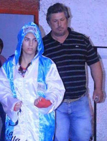 """Tatiana """"La Gauchita"""" Pacheco y su padre, Javier. La pintense haría en Mayo su primera pelea como boxeadora profesional."""
