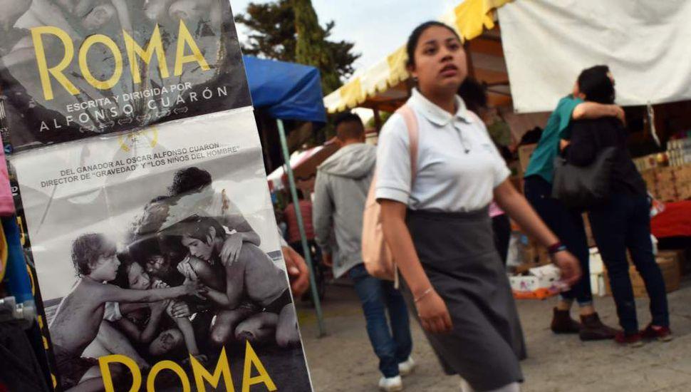 Un estudiante camina en Tlaxiaco, estado de Oaxaca, ciudad natal de la actriz mexicana Yalitza Aparicio. Aparicio, quien protagoniza 'Roma' de Alberto Cuarons, es la primera mujer indígena de México nominada en un premio de liderazgo.