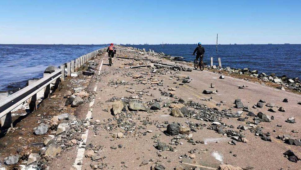 Escombros y basura, hoy sobre la calzada nacional en La Picasa.