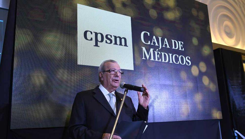 El presidente de la Caja de Médicos de la Provincia de Buenos Aires, Dr. Tomás Campenni en momentos que refiere al hecho convocante.