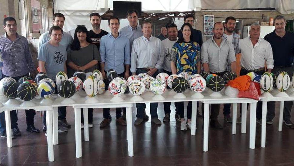 Pablo Petrecca  y el resto de los funcionarios junto a dirigentes de entidades locales.