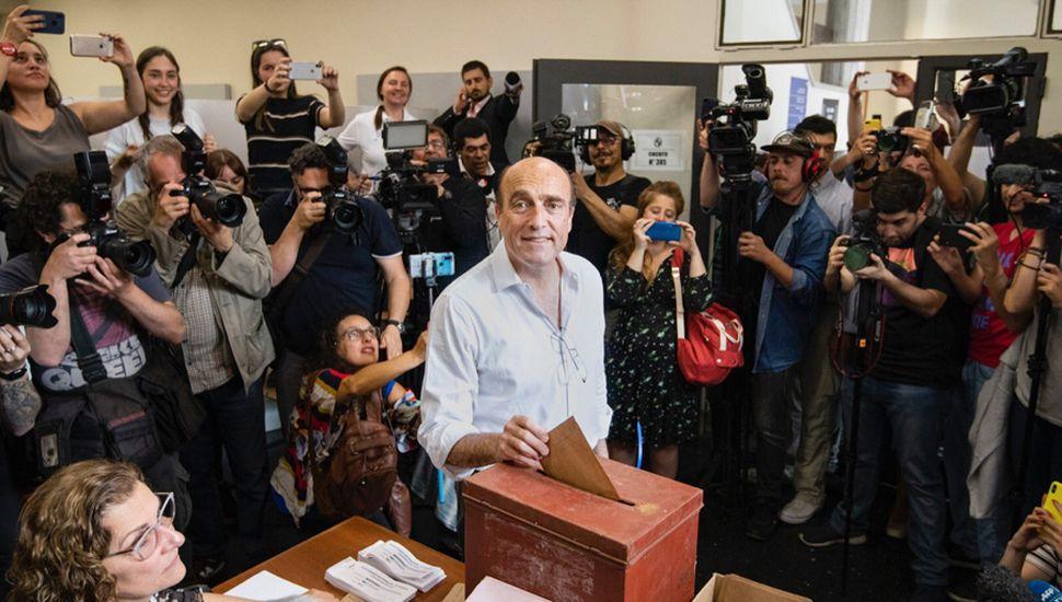 El candidato a presidente del Frente Amplio, Daniel Martínez vota en el marco de las elecciones.