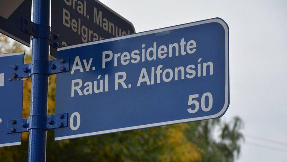 Colocaron el nombre de Presidente Raúl Ricardo Alfonsín a una avenida de Chacabuco