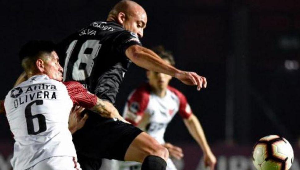 Argentinos Juniors llega a la revancha de hoy frente a Colón, con la ventaja del triunfo 1 a 0 en el partido de ida.