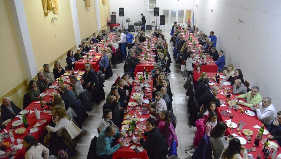 En un ambiente festivo se realizó la cena show aniversario.